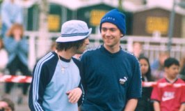 Liam-Gallagher-Damon-albarn giocano a calcio