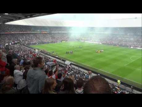 Cori ultras, balli e musica, a calcio gioca il Feyenoord