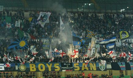MILAN, ITALY - APRIL 25:  The FC Internazionale Milano fans show their support before the Serie A match between FC Internazionale Milano and AS Roma at Stadio Giuseppe Meazza on April 25, 2015 in Milan, Italy.  (Photo by Marco Luzzani/Getty Images)