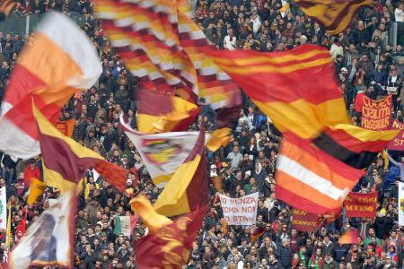 curva sud roma bandiere al vento