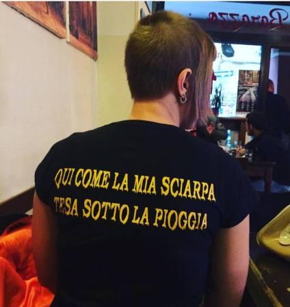 """Torino: Skingirl con la maglia con la frase di """"sulla collina"""" dei Bull Brigade."""