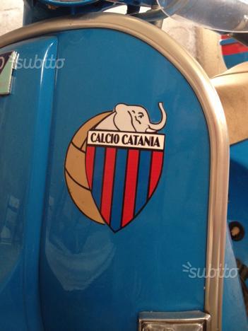 Catania: Vespa PX 150 con adesivo