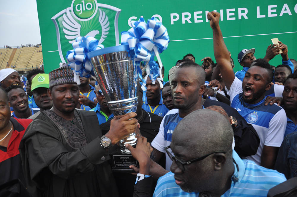 Enyimba being awarded with the 2015 GLO Premier League title (Pic Cou: footballmole.com)