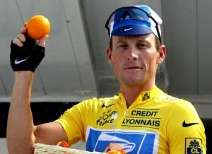 Lance Armstrong avec son Maillot Jaune et son carburant principal, l'orange de Californie...