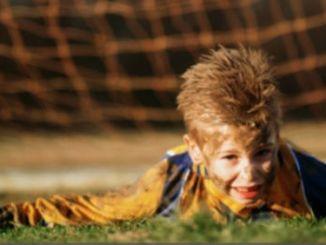 footballfrance-mere-prive-enfant-nourriture-tache-pantalon-gardien-illustration