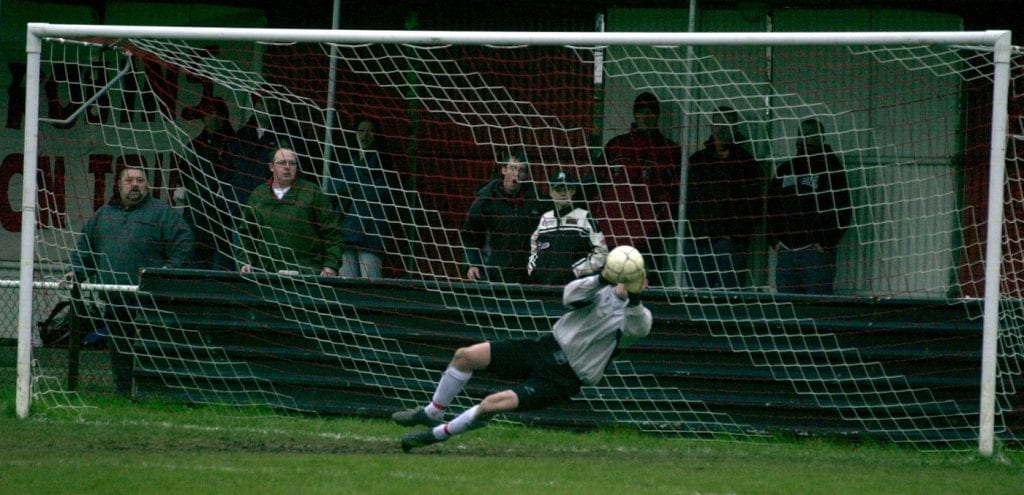 Bracknell Town versu Cinderford Town Bracknell keeper Andy Poyser makes a crucial penalty save,
