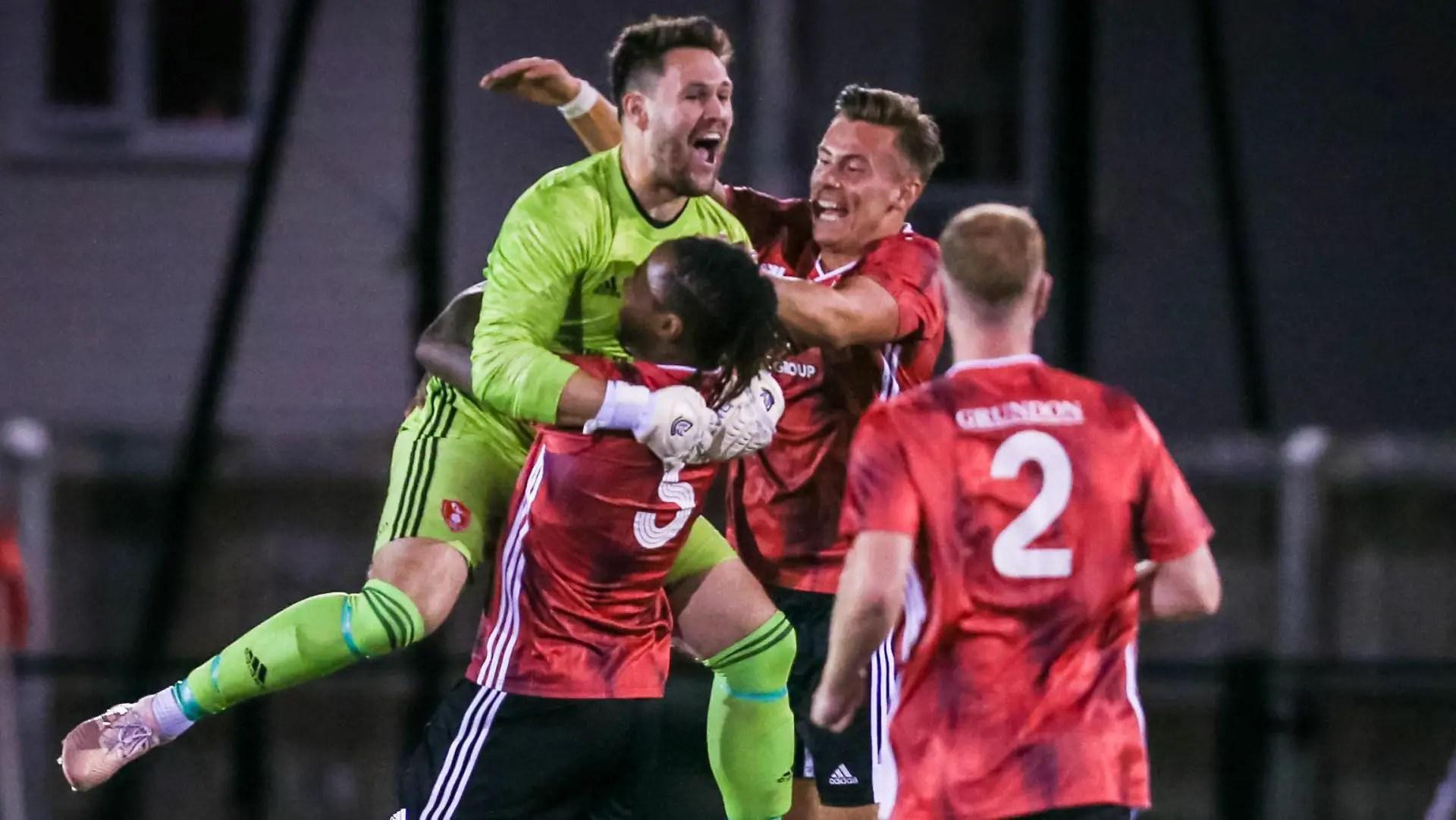 Watch goalkeeper Mark Scott score for Bracknell Town
