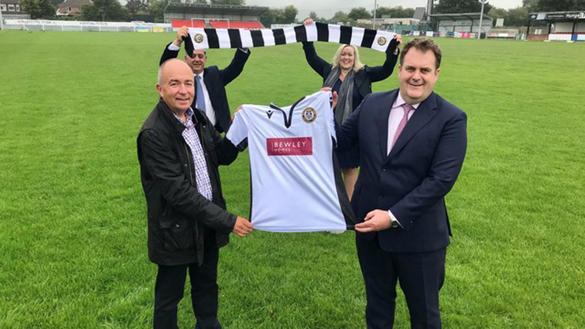 Hungerford Town unveil new shirt and sponsor