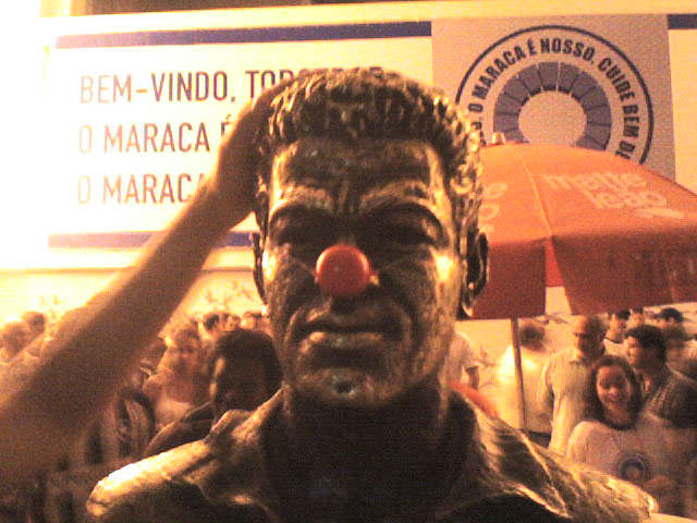 busto-do-garrincha-no-maraca-sofre