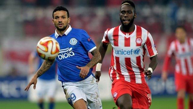 Matheus du Dnipro est au contact avec Masuaku de l'Olympiakos.