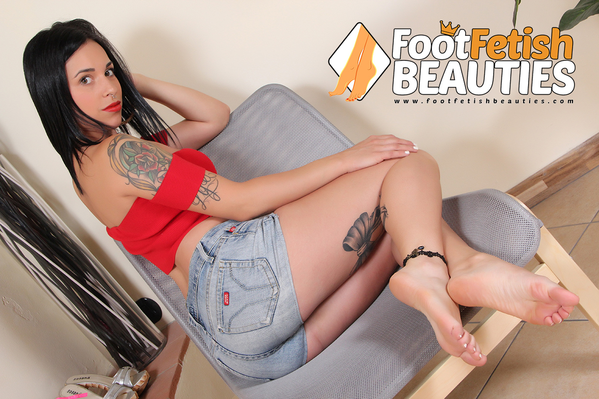 DollyC04 - bare feet