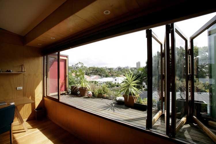 Une maison avec piscine entoure dun jardin luxuriant