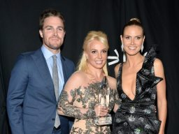 Stephen Amell, Britney Spears e Heidi Klum | © Getty Images
