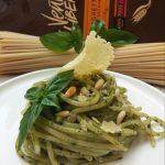 Pesto…destrutturato, spaghetti in crema di basilico con pinoli tostati e parmigiano croccante