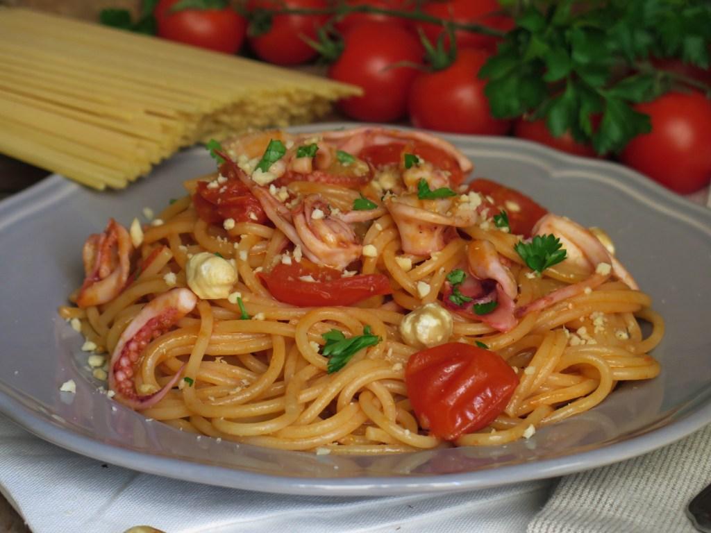 Spaghetti totani, pomodorini e nocciole