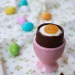 Uova di cioccolata ripiene di crema al mascarpone (finte uova alla coque)
