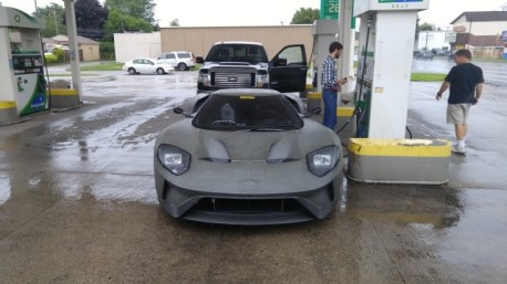 2017-ford-gt-shows-up-at-gas-station-prototypes-engine-looks-gorgeous_3