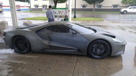 2017-ford-gt-shows-up-at-gas-station-prototypes-engine-looks-gorgeous_4