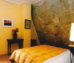 Camera matrimoniale con parete arenaria