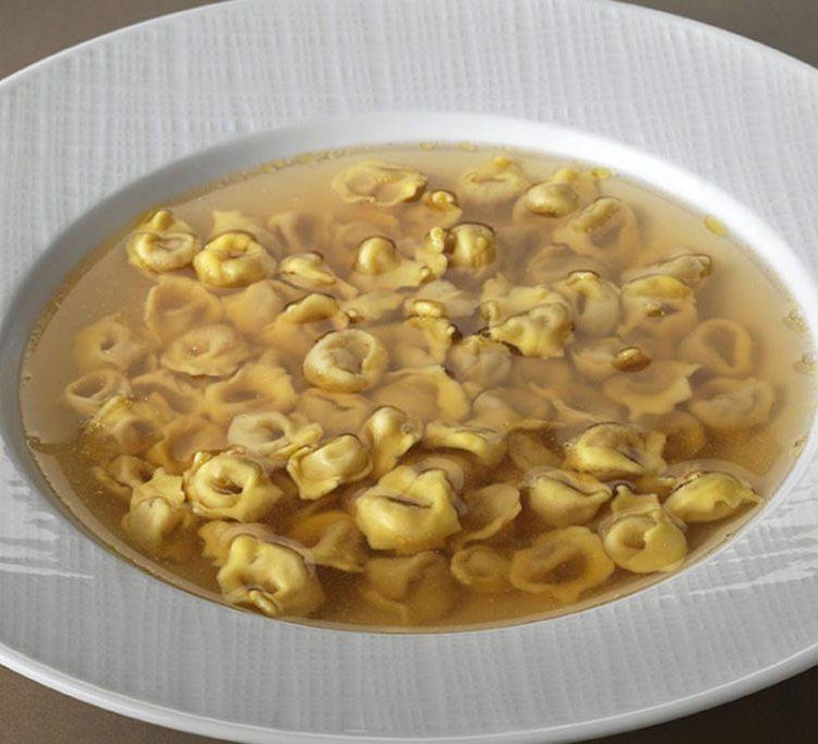 Cappelletti in brodo, cucina tipica emiliana pasta fatta a mano