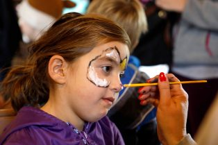 Violet Perlstein, 5, of River Forest, has her face painted. | Sarah Minor/Contributor
