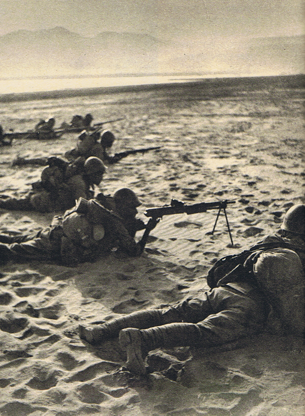 Japanese troops with a Type 11 LMG at the Battle of Zaoyang Yichang, 1940