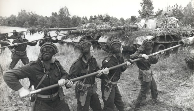 Polish tank crewmen with PM-63 machine pistols