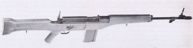 Late version of the US T28 roller-locked rifle