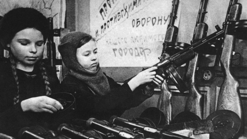 PPD-40 submachine guns being assembled by young girls