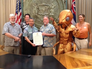 From left to right: David Duffy, UH Department of Botany and PCSU; Randy Bartlett, Hawaiʻi Invasive Species Council; Gov. David Ige; Scott Enright, Hawaiʻi Department of Agriculture; a giant little fire ant and Erin Bishop, Oʻahu Invasive Species Committee. Photo courtesy of UH.