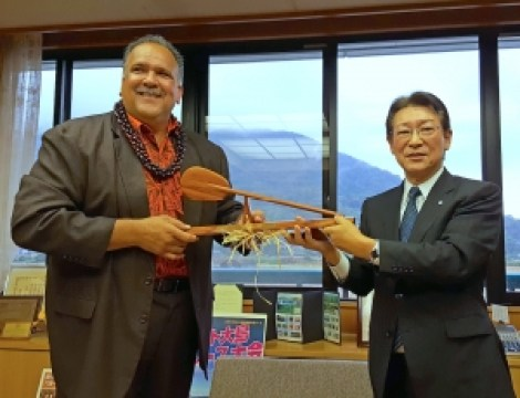 During a trip to Japan in November, Kaua'i Mayor Bernard Carvalho Jr. presented Mayor Takumi Shiiki of Suo-Oshima with a desk paddle that had the following inscription: Kahua pa`a Ikaika loa kakou  (Our strong and solid foundation).