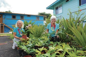 Diane Ragone, left, distributing ʻulu in Hauʻula. Photo courtesy of UH