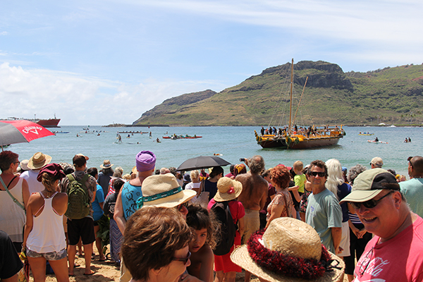 Hundreds greet the Nāmāhoe at Kalapaki Beach