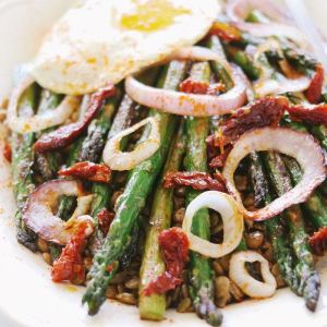 Easy Lentil Salad with Asparagus & Sun Dried Tomato   #weeknightmeals