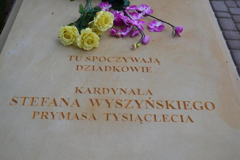 Znalezione obrazy dla zapytania grob dziadków Prymasa Tysiąclecia
