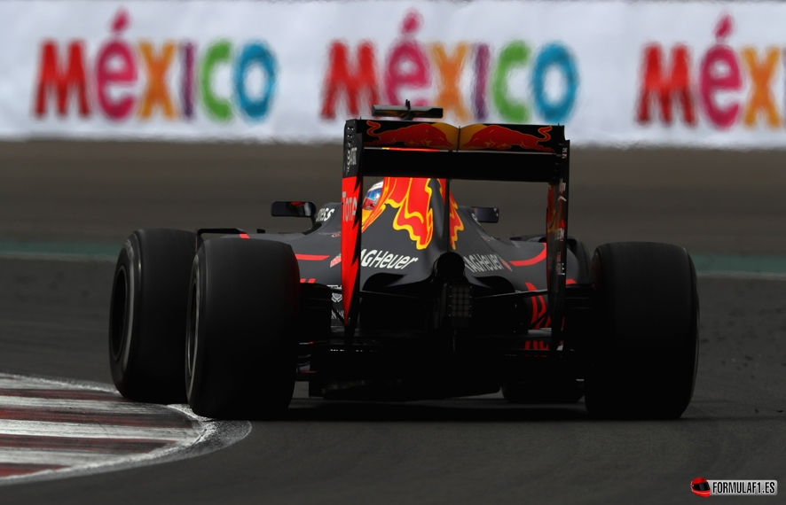 MEXICO CITY, MEXICO - OCTOBER 28: Daniel Ricciardo of Australia driving the (3) Red Bull Racing Red Bull-TAG Heuer RB12 TAG Heuer on track during practice for the Formula One Grand Prix of Mexico at Autodromo Hermanos Rodriguez on October 28, 2016 in Mexico City, Mexico. (Photo by Clive Mason/Getty Images) // Getty Images / Red Bull Content Pool // P-20161029-00351 // Usage for editorial use only // Please go to www.redbullcontentpool.com for further information. //