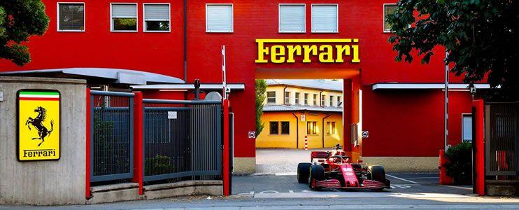 Charles Leclerc conduce la Ferrari SF1000 por las calles de Maranello