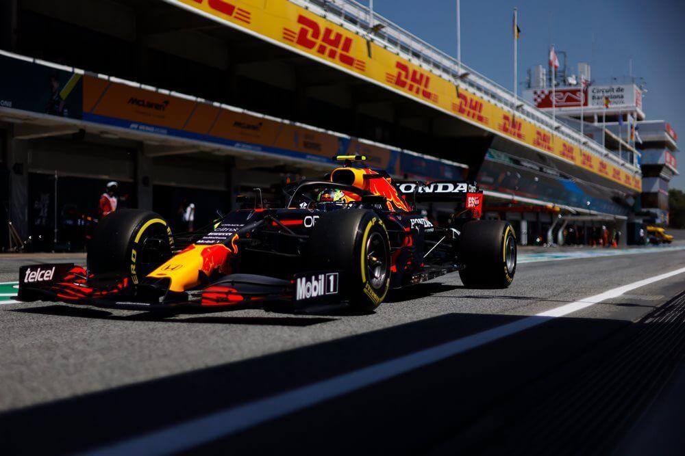El RB16B de Sergio Pérez fue inspeccionado minuciosamente por la FIA en Barcelona