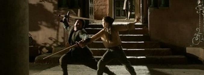 Arya entrenando con su espada de madera