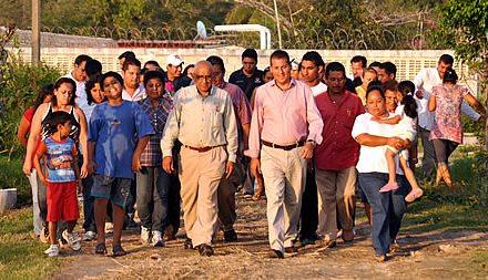 Gobierno municipal y PEMEX pavimentan calles de la comunidad de La Mata