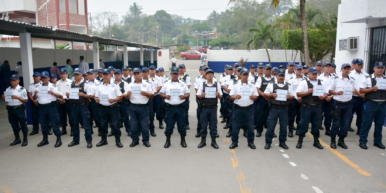 ENTREGAN CERTIFICADOS DE BACHILLER A POLICÍAS MUNICIPALES