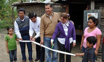 Entrega gobierno y DIF Tuxpan, pisos de cemento y bicicletas a habitantes del ejido Barra de Galindo