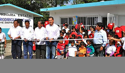 Inaugura ASR 4 aulas, sanitarios nuevos y coloca el piso para la cocina comunitaria en la Comunidad de Las Pasas