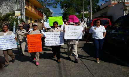 Marchan trabajadores de Vectores, exigen pago inmediato de sus salarios