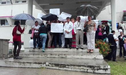 Se manifiestan trabajadores del Sector Salud, marchan por calles de Tuxpan exigiendo su pago