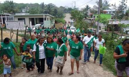 Mujeres caminan de la mano con Maryanela Monroy
