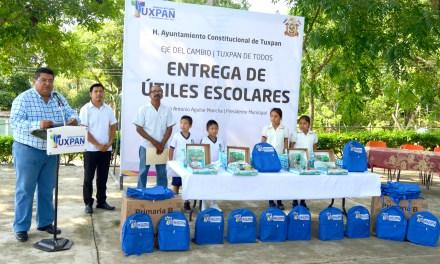Toño Aguilar entrega útiles escolares a tres comunidades