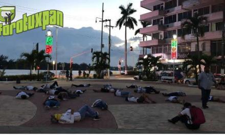 Jóvenes recuerdan a los 43 de Ayotzinapa en manifestación pacífica