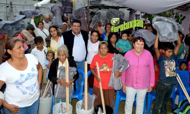Toño Aguilar reparte apoyos en la Hernández Ochoa