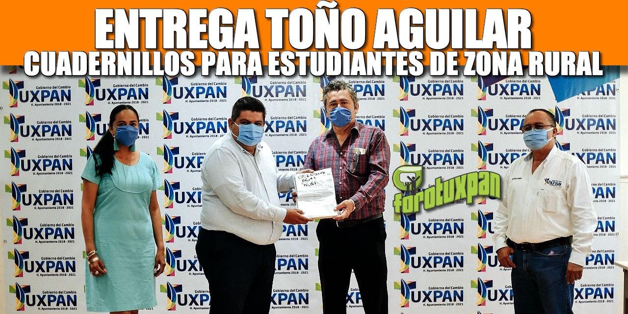 Entrega Toño Aguilar Cuadernillos de estudios para los niños de zona rural y urbana.